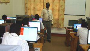 Bada teki tutkimustaan ugandalaisten nuorten parissa.