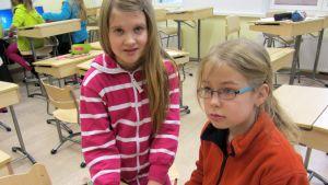 Ella Moilanen ja Liisa Särkiö koulussa.