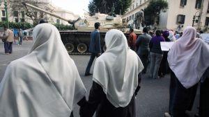 Egyptiläisiä naisia matkalla Tahrir aukiolle Kairossa.