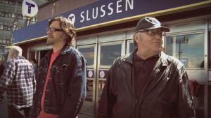 Kai Latvalehto isänsä kanssa elokuvassa Laulu koti-ikävästä