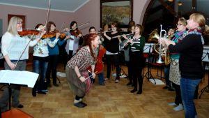 Savolaisen osakunnan nuoret musisoivat.