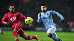 Southamptonin Nathaniel Clyne puolustaa Manchester Cityn Sergio Agüeroa vastaan.
