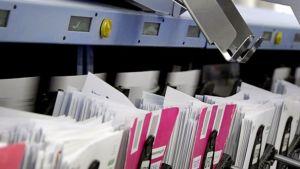 Kirjekuoria lajitellaan postinjakelukeskuksessa.