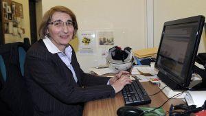 Italian uutistoimiston ANSA:n Vatikaanin toimittaja Giovanna Chirri työpöytänsä ääressä.