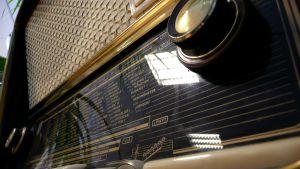Vanha radio lähikuvassa