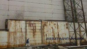 Ukrainan säteilyviranomaisten kuva romahtaneesta Tshernobylin ydinvoimalan konehallin katosta.