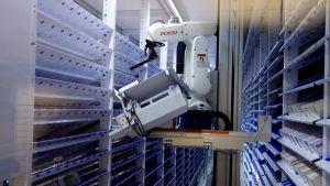 Robotti jakaa lääkkeitä sairaala-apteekissa.