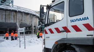 Kuorma-auto ja työntekijöitä Talvivaaran kaivosalueella.