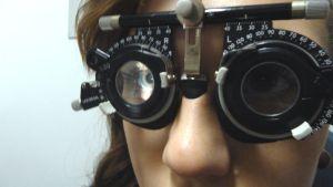 Silmiä tutkitaan eri vahvuisten linssien ja valon avulla.