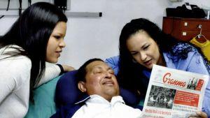 Hugo Chavez lukee tyttäriensä kanssa lehteä havannalaisessa sairaalassa.