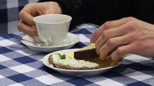 Korvikekahvia sekä vaatimattomista aineksista valmistettua pullaa ja voileipää.