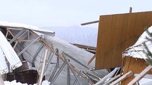 Onnettomuustutkintakeskus on kaivanut maneesin kantavat rakenteet esille tutkimuksia varten.