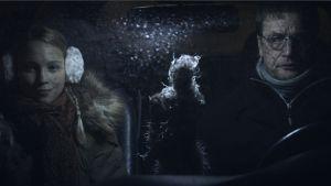Nuori nainen (Enni Ojutkangas) ja mies (Raimo Hytti) istuvat hämärässä autossa. Kuva elokuvasta Case Rabbit.