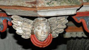 Tyrvännön kirkon saarnastuolissa puinen enkeli