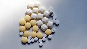 Erilaisia lääkkeitä pöydällä.