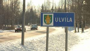 Ulvila-kyltti Porin ja Ulvilan rajalla helmikuussa 2013, autoja