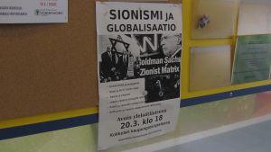 Kuvassa on ilmoitustaululla Jussi Siitarisen luennon juliste, jossa näkyy tietoja luennosta.