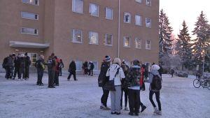 Hämeenlinnan yhteiskoulun pihalla koululaisia