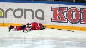Päänsä pleksiin lyönyt Ville Peltonen oli hetken ajan tajuton Jokerit-ottelussa.i