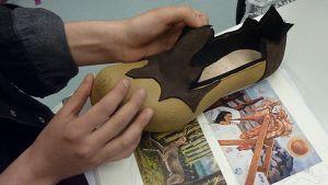 Kengän prototyyppi ja Frida Kahlon maalauksia