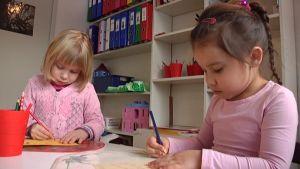 Päiväkodin lapset piirtävät.