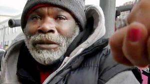 Timantin palauttanut koditon mies kuvattuna kadulla.