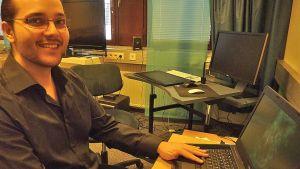 Kajaanin ammattikorkeakoulussa opiskeleva pelintekijä Kari Ahdan tietokoneen ääressä.