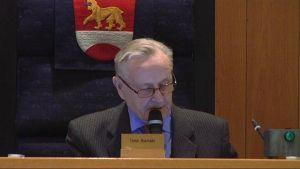 Timo Ihamäki valtuuston kokouksessa.