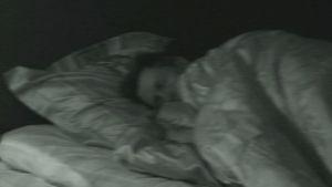 Mies sängyssä.