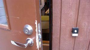Ulko-oven lukko murtovarkaan jäljiltä.