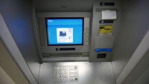 Pankkiautomaatti.