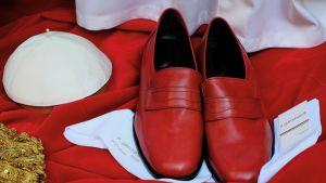 Punaiset kengät näytteillä Italian kirkollisen räätälin Gammarellin näyteikkunalla.