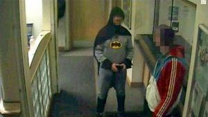 Batmaniksi pukeutunut mies toimitti etsintäkuulutetun miehen bradfordilaiselle poliisiasemalle.