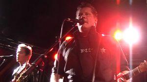 Juha Kuitu laulaa Klubin lavalla 2009.