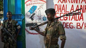Somalian kansallisen armeijan sotilaat partioimassa.
