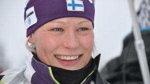 Anne Kyllönen hymyilee.