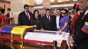Humala ja Maduro arkun äärellä.