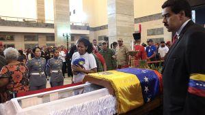 Venezuelan varapresidentti Nicolas Maduro (oik.) seisoi Hugo Chávezin arkun vierellä, kun Chávezin kannattajat kävivät katsomassa tätä tämän hautajaisten aikana.
