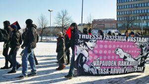 Antifasistien mielenosoituskulkue Hakaniemessä.