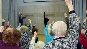 Aira Samulin tanssittaa ikäihmisiä.