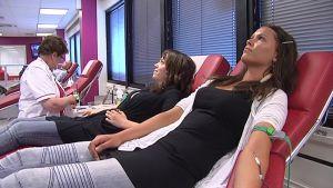 Kaksi nuorta naista luovuttaa verta SPR:n Jyväskylän toimipisteessä