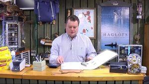 Trekki Oy:n hallituksen puheenjohtaja Harri Numminen tutkii papereitaan.