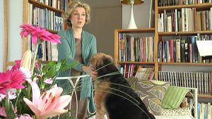 Kirjailija Sirpa Kähkönen voi vihdoin luottaa siihen, että kirjailijan työstä saatu toimeentulo riittää elämiseen.