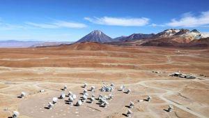 ALMA:n lautasantennit Chilen Andien Chajnantorin tasangolla 5000 metrin korkeudessa.