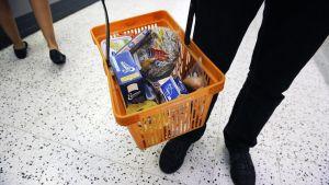 Elintarvikkeita kaupan ruokakorissa.