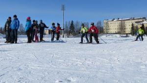 Neljännen luokan pojat vauhdissa Kemin koulujenvälisissä hiihtokilpailuissa 2013.