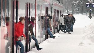 Matkustajat poistumassa paikallisjunasta.