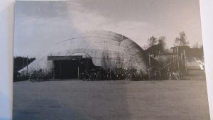 Kuvassa näkyy Kokkolan vanha uimahalli, jota sanotaan kuplahalliksi