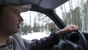 Ossi Nieminen ajaa autoa.