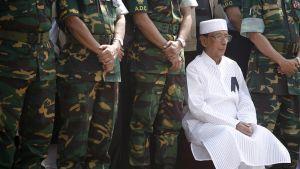 Bangladeshin presidentti Zillur Rahman seuraa kuolleiden upseereiden kunniaksi järjestettyä paraatia.